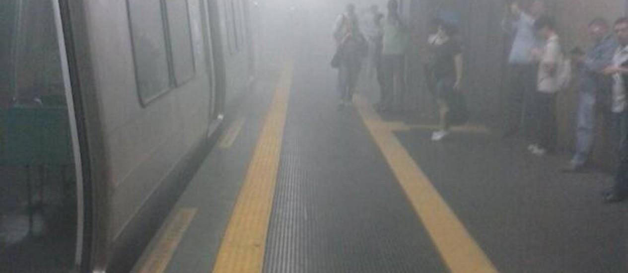 Fumaça na estação Presidente Vargas após composição do metrô apresentar vazamento no ar-condicionado Foto: Foto do Leitor / Marllon Menezes