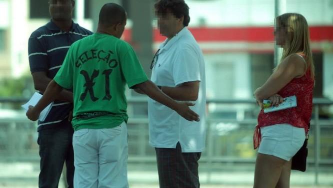 Em abril de 1014, troca de ingressos para a Copa do Mundo no Estádio de General Severiano: na foto, cambistas na frente da sede do Botafogo Foto: Agência O Globo