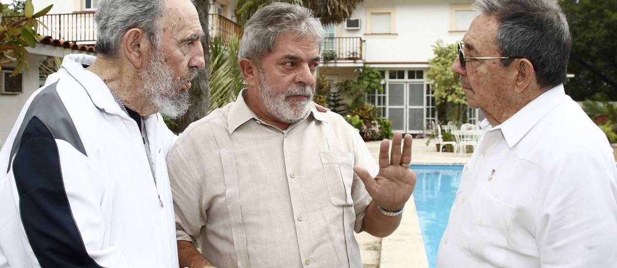 Fidel (à esquerda) com Lula e Raúl Castro, em Havana: ex-segurança comparou estilo de vida do ex-presidente cubano ao de um rei Foto: REUTERS/24-2-2010