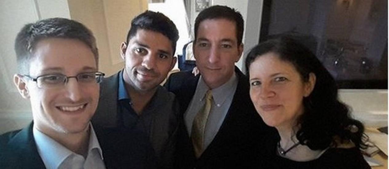 Snowden, Miranda, Greenwald e Laura: selfie, provavelmente feito em Moscou Foto: Reprodução do Facebook