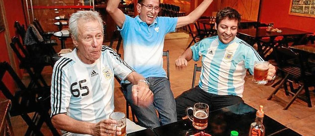 Muy amigos. Andrés, Marcelo e Tobias se reunirão para os jogos Foto: Márcio Alves