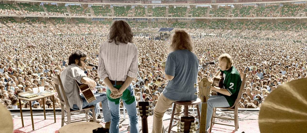 Imagem que integra a capa de 'CSNY 1974': supergrupo inaugurou turnês em estádios e quase acabou de vez no mesmo ano Foto: Joel Bernstein / Divulgação CSNY.com