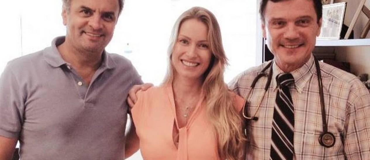 O tucano Aécio Neves com a mulher e o pediatra da família, em imagem postada pelo pré-candidato em seu perfil no Facebook. Foto: Facebook / Reprodução