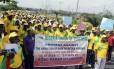 Professores nigerianos fazem passeata em protesto contra sequestro de meninas pelo Boko Haram