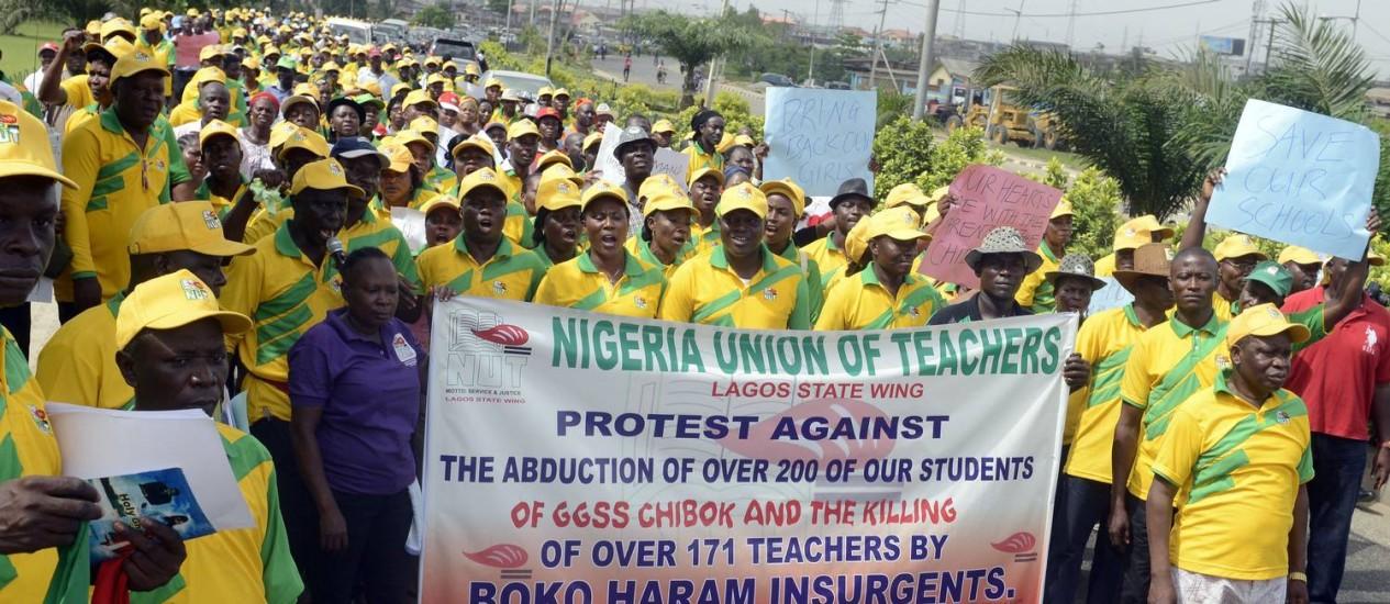 Professores nigerianos fazem passeata em protesto contra sequestro de meninas pelo Boko Haram Foto: PIUS UTOMI EKPEI / AFP