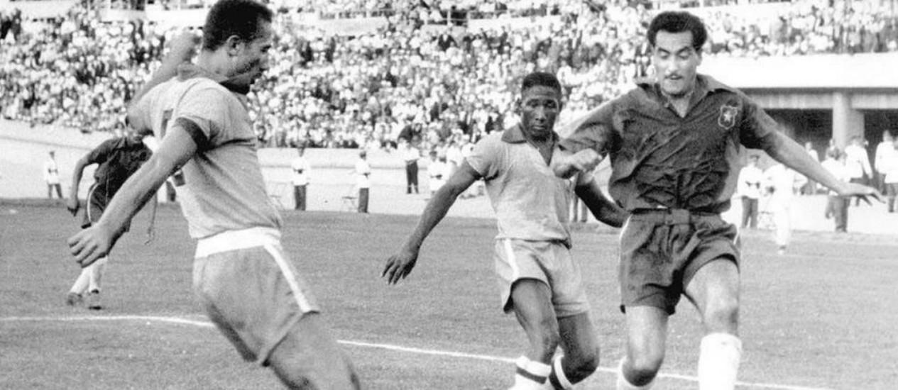 Pinheiro contra Rojas: o zagueiro falhou em lances decisivos Foto: Reprodução
