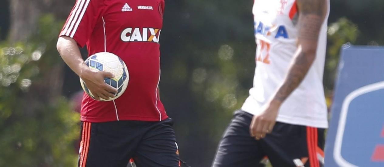 O técnico Ney Franco e o meia Everton durante treino do Flamengo no Ninho do Urubu Foto: Alexandre Cassiano / Agência O Globo