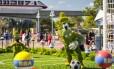Topiários do Pateta e do Pato Donald jogam futebol no Epcot International Flower & Garden Festival