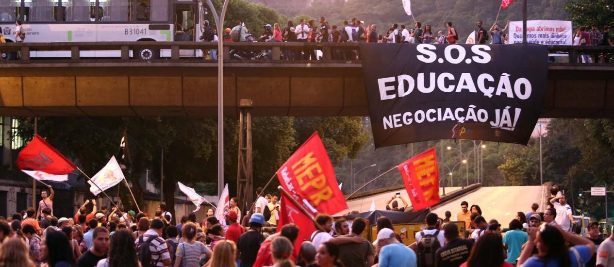 Manifestação de professores em Laranjeiras fecha Rua Pinheiro Machado Foto: Thiago Lontra / Agência O Globo