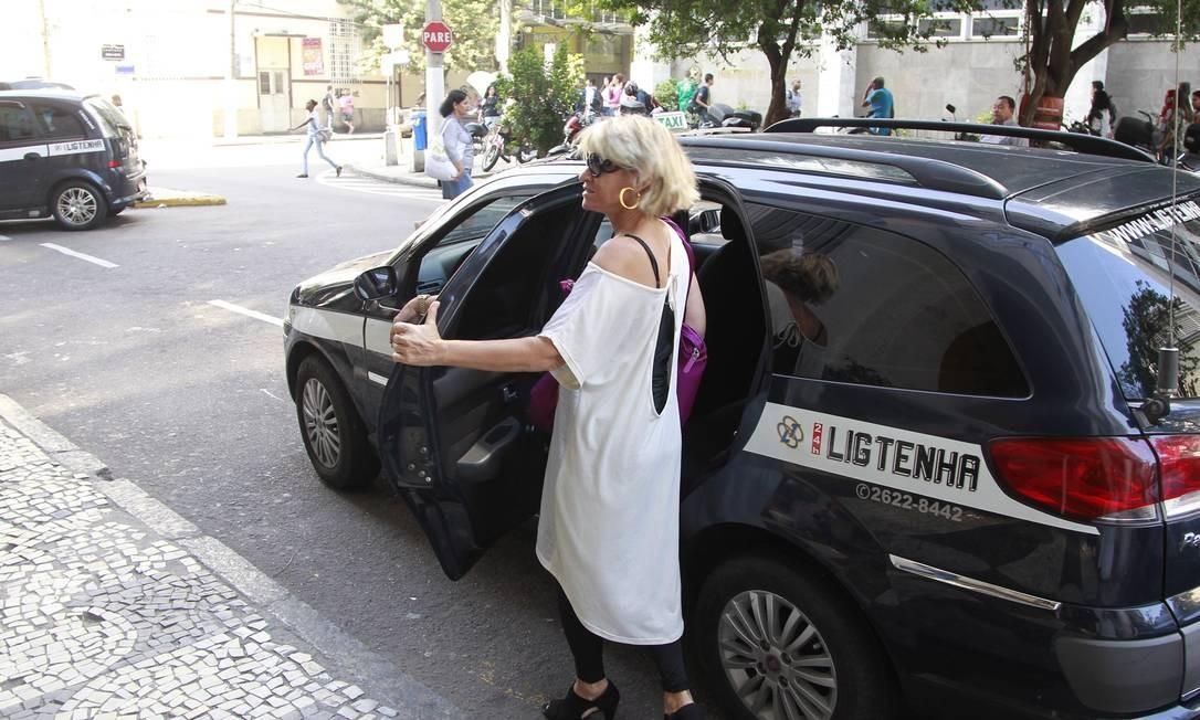 Passageira entra em táxi no centro da cidade Foto: Márcio Alves/Agência O Globo