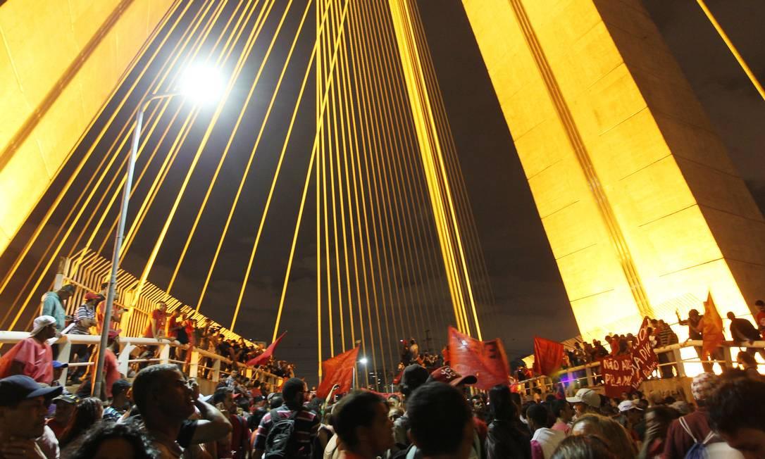 Sem-teto ocupam a ponte estaiada, na Zona Sul de São Paulo, em protesto contra gastos com a Copa do Mundo Foto: Fernando Donasci / Agência O Globo