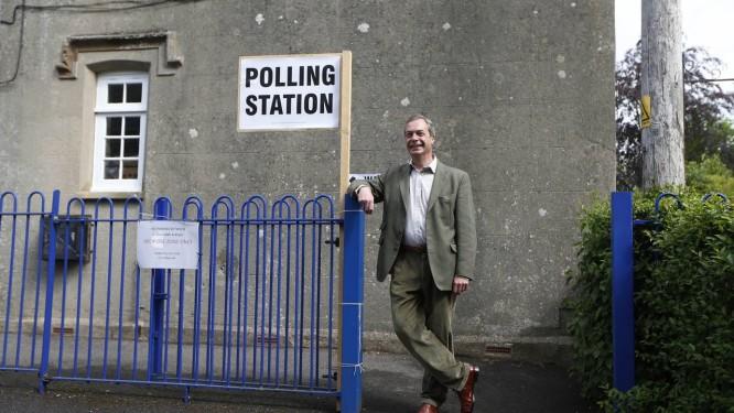 Nigel Farage. Sorridente, líder do UKIP posa ao na entrada de uma zona eleitoral na Inglaterra. Partido eurocético deve liderar votação no Reino Unido Foto: Sang Tan / AP