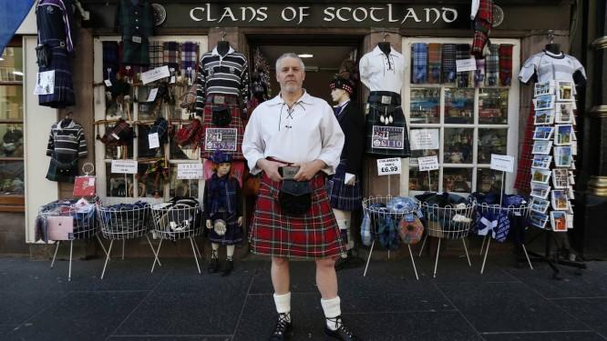 Escócia votará referendo sobre independência em setembro. Número de defensores da secessão do reino Unido, como o lojista Steve Wright, de Edimburgo, vem aumentando dese o início do ano Foto: SUZANNE PLUNKETT / REUTERS