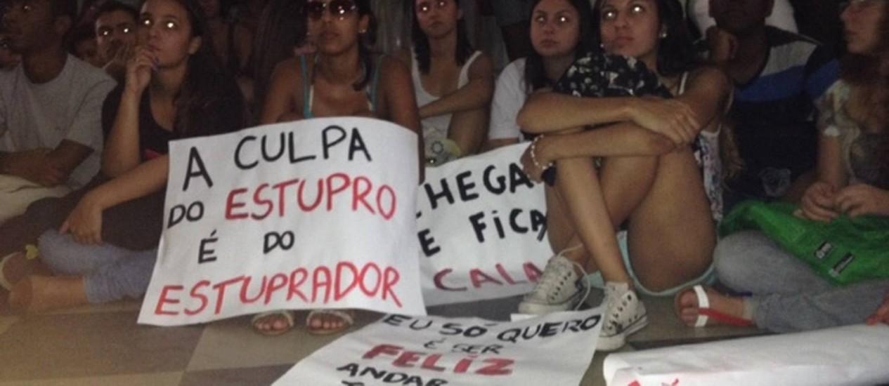 Estudantes da Rural fazem protesto contra estupro Foto: Vera Araújo / O Globo