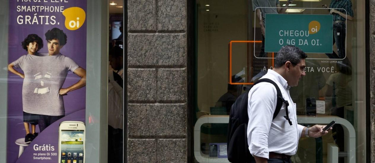 Cliente em frente a loja da Oi no Rio Foto: Dado Galdieri / Bloomberg
