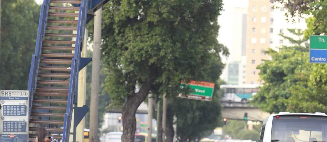 Desinformação. A placa, na Presidente Vargas, aponta a direção Candelária como sendo caminho para o Galeão Foto: Domingos Peixoto / Agência O Globo