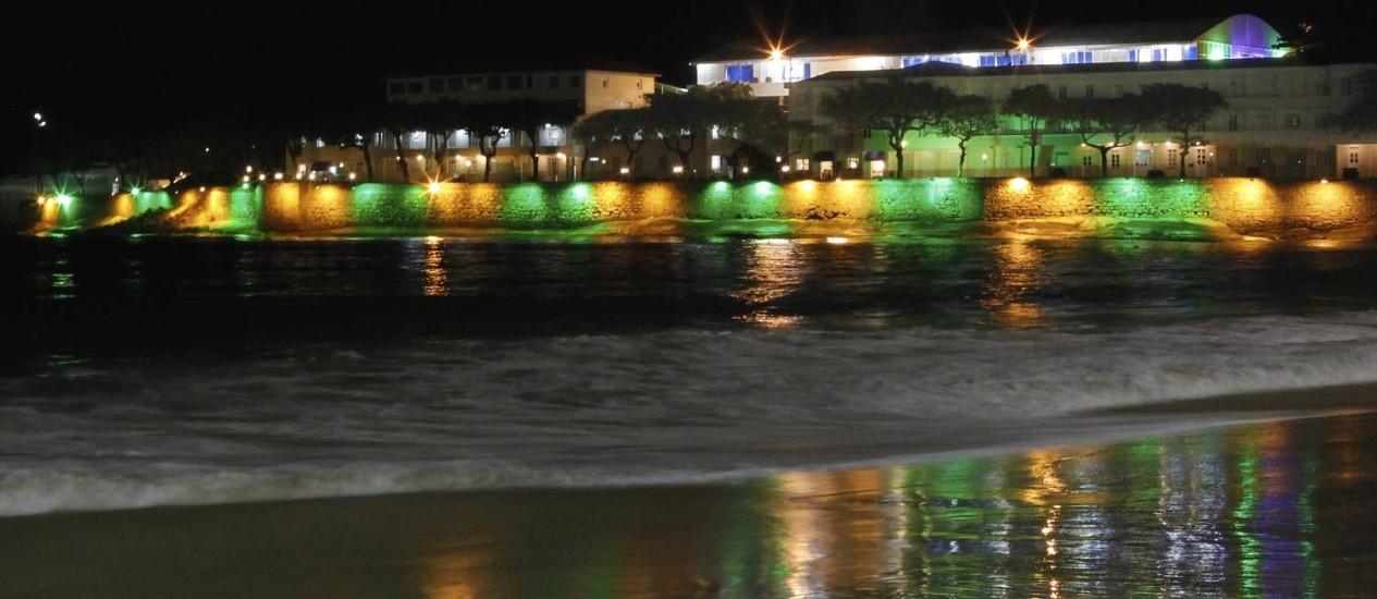 Beleza noturna. Forte de Copacabana iluminado em verde e amarelo. Foto: Antonio Scorza / Agência O Globo