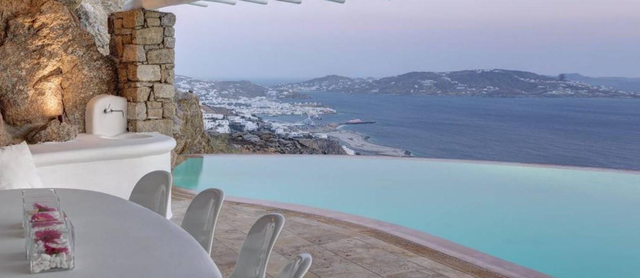Piscina infinita se funde com o azul do mar de Mikonos, na Grécia Foto: Reprodução internet