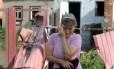 Mizan Mazasheva, de 50 anos, chora após sua casa ser destruída em combate entre forças ucranianas e tropas pró-Rússia