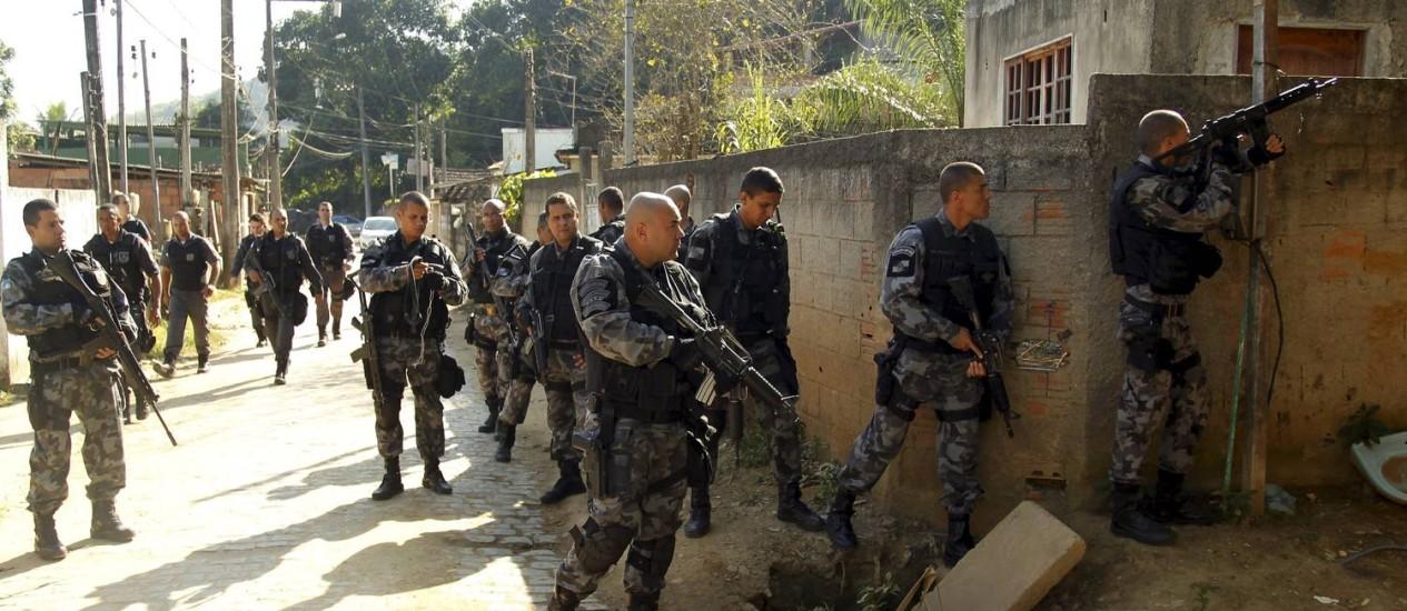 Homens do Batalhão de Ação com Cães fazem operação na comunidade da Lagoa, em Magé Foto: Gabriel de Paiva / Agência O Globo