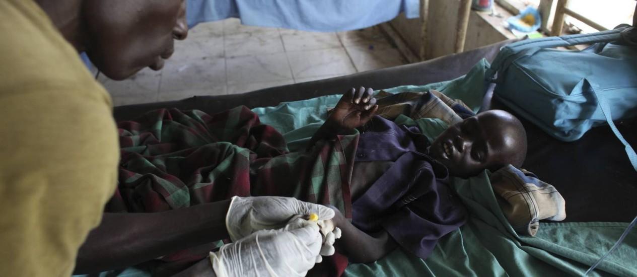 Médico cuida de criança subnutrida em hospital de Bor, no Sudão do Sul, na África Foto: Andreea Campeanu / Reuters