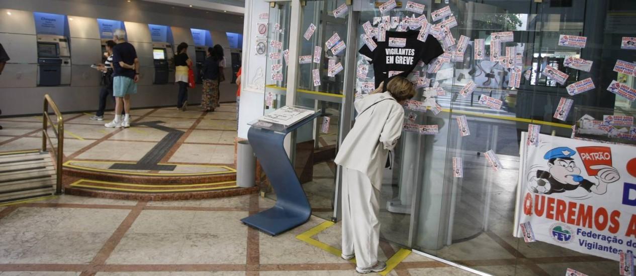 Correntista busca por informação em agência de Copacabana Foto: Eduardo Naddar / Agência O Globo