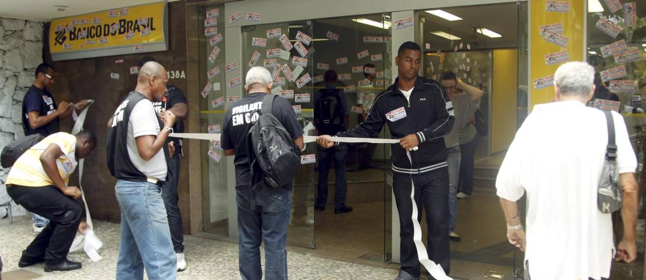 Vigilantes fazem apitaço em agência bancária no Leblon Foto: Gabriel de Paiva / Agência O Globo