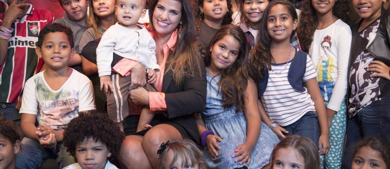 Luciana Coutinho apresenta crianças de seu projeto cultural, após superar depressão Foto: Leo Martins / Agência O Globo