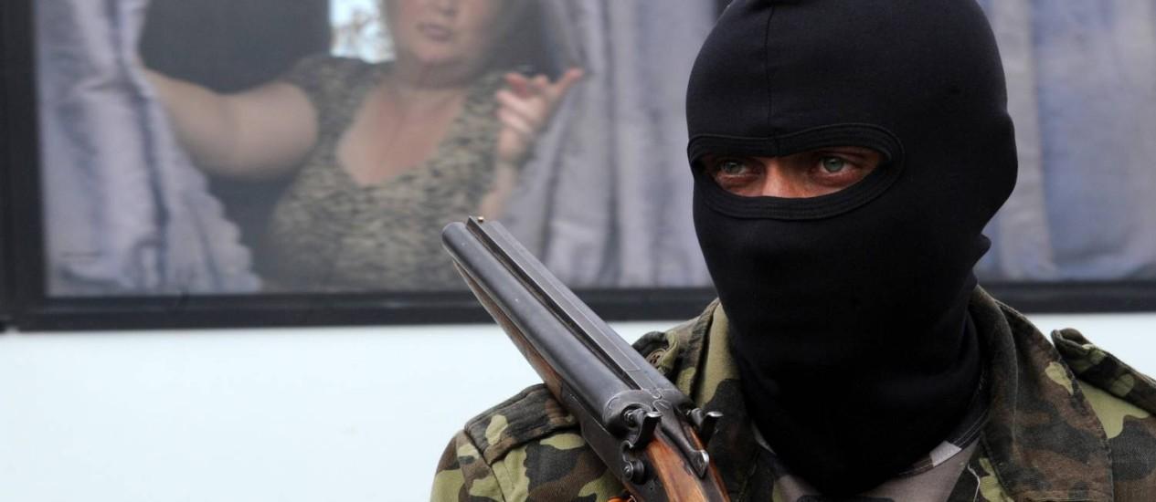 Separatista pró-Rússia monta guarda em um bloqueio em Slaviansk, no Leste da Ucrânia Foto: VIKTOR DRACHEV / AFP