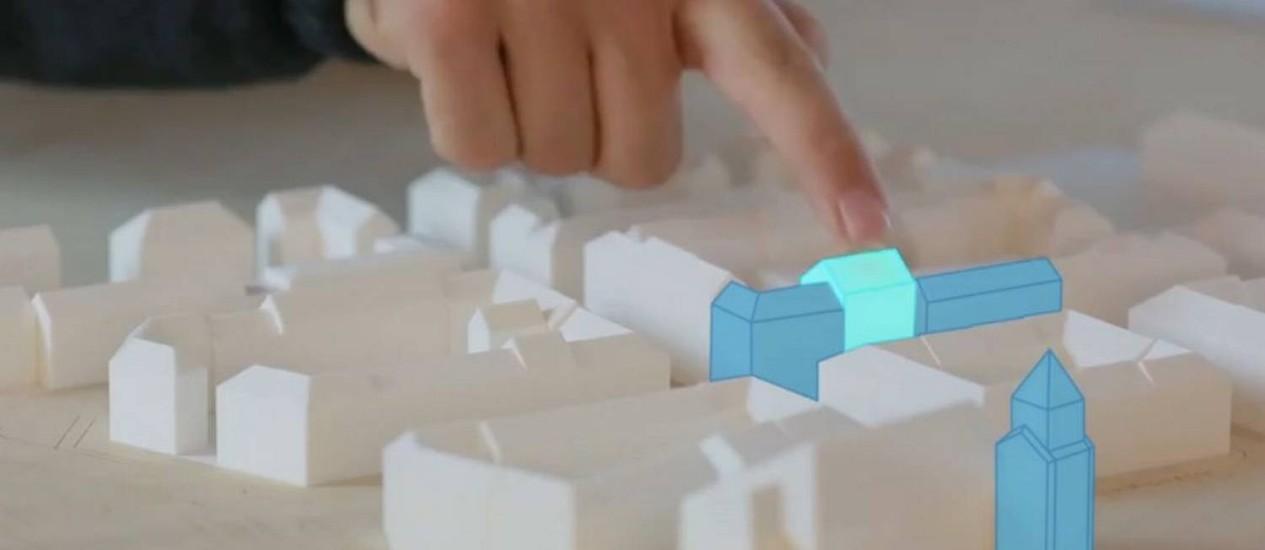 Michael Mühlhaus, da Universidade Técnica de Munique, usa seu toque térmico para manipular um modelo 3D do centro da cidade Foto: Divulgação