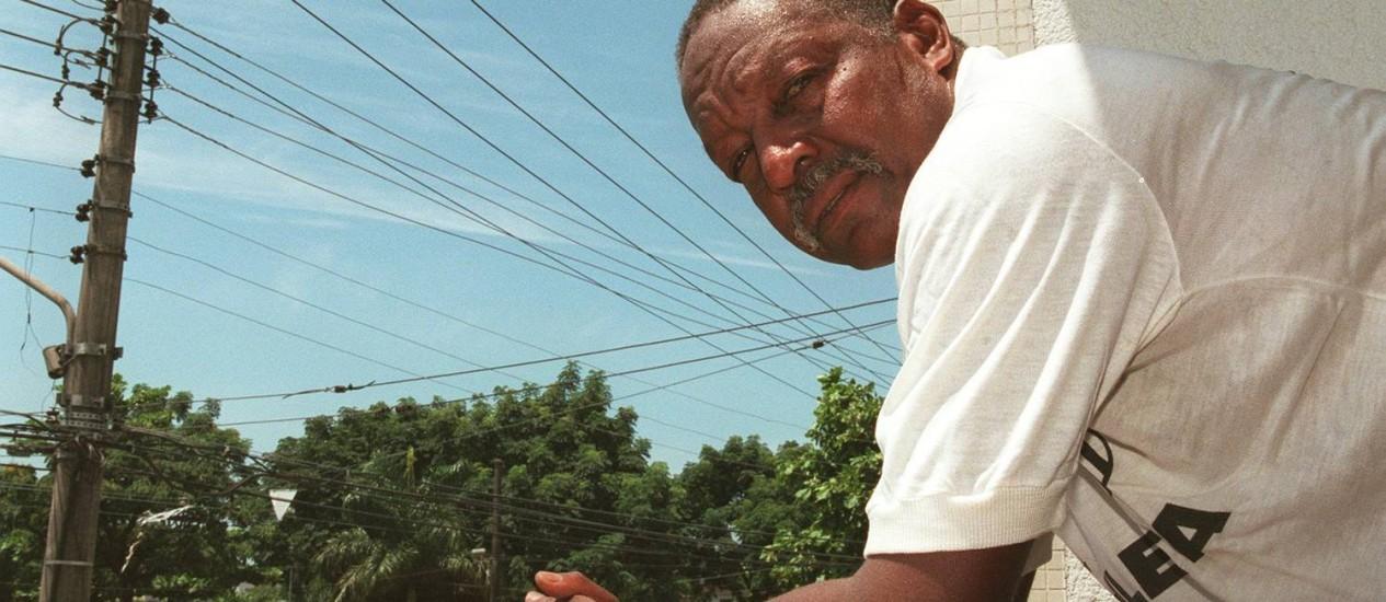 Joel, em foto de 1998, quando trabalhava como estivador no Porto de Santos: zagueiro do time de Pelé Foto: Sérgio Andrade/5-3-1998