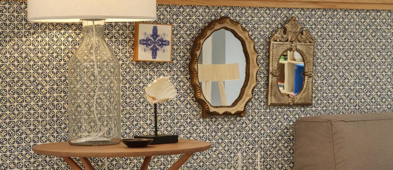 Espelhos dourados levam charme à sala ambientada pelos sócios Ricardo Mello e Rodrigo Passos Foto: Divulgação