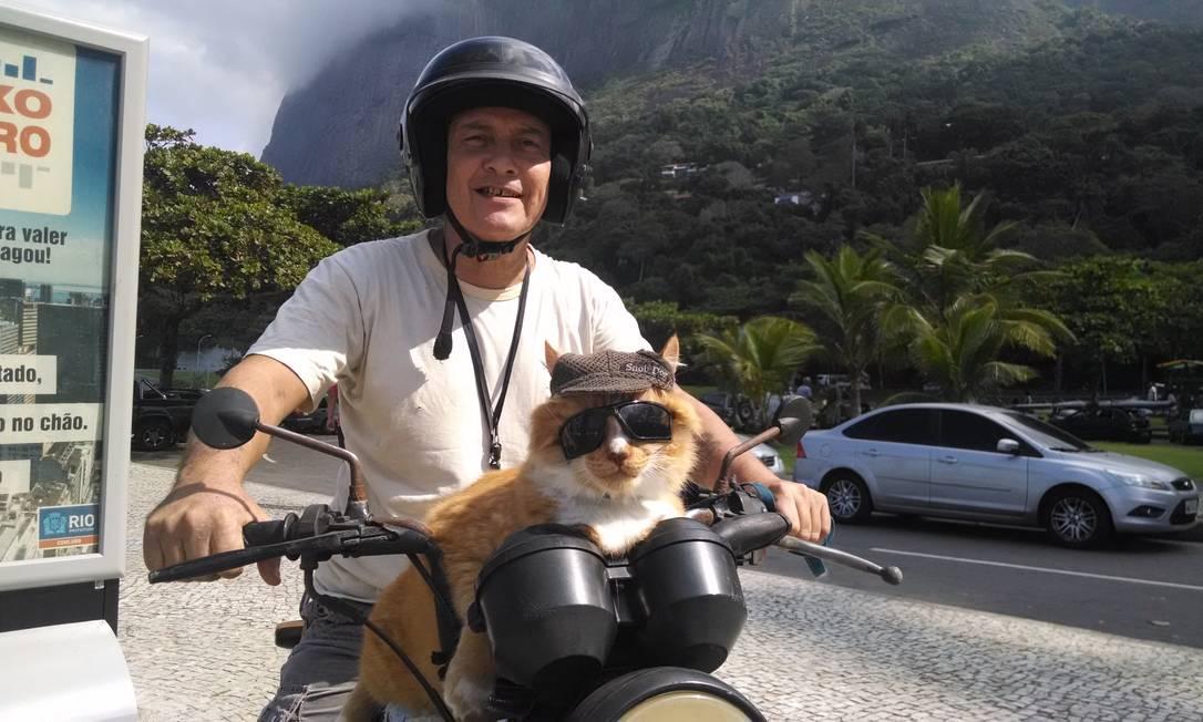 Chiquinho a bordo da moto do dono, na Praia de São Conrado Foto: Fabíola Leoni / O Globo
