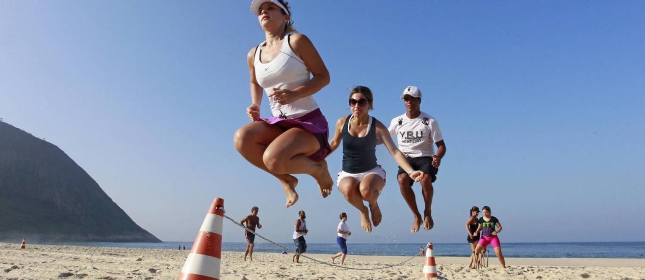 Alunos fazem circuito nas areias de Itacoatiara e aproveitam para curtir um dia de sol Foto: Márcio Alves / Agência O Globo