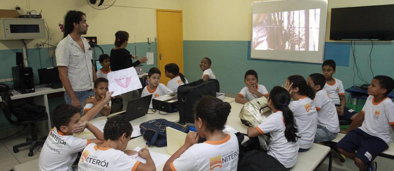 Estudantes da Escola Municipal Sítio do Ipê, em Pendotiba, durante uma das aulas do projeto coordenado pela Universidade Federal Fluminense Foto: Marcio Alves
