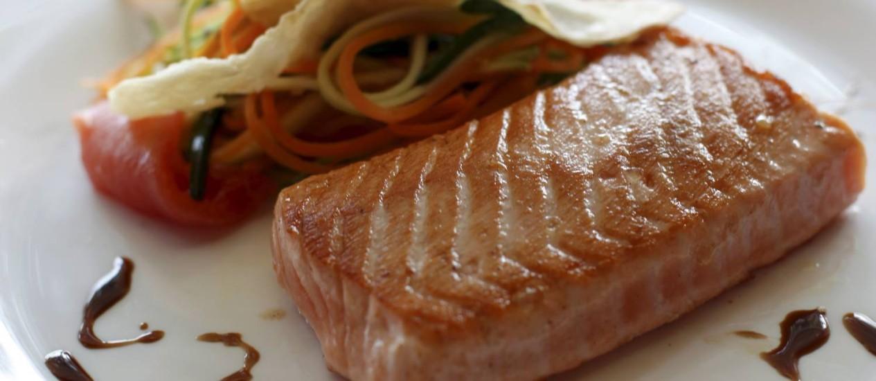 Leve. Salmão com legumes, chips de gengibre e molho teriyaki: o peixe nunca sai do bufê Foto: Gustavo Stephan