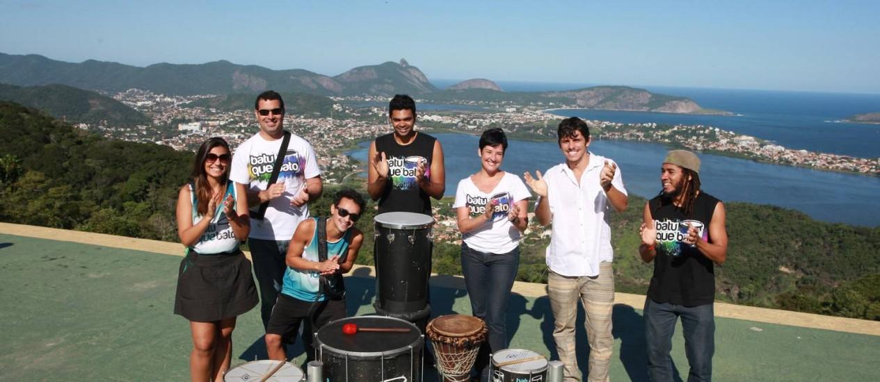 Percussionista Gabriel Policarpo ( de branco) e membros da Orquestra de Ritmos Foto: Pedro Teixeira/ O Globo