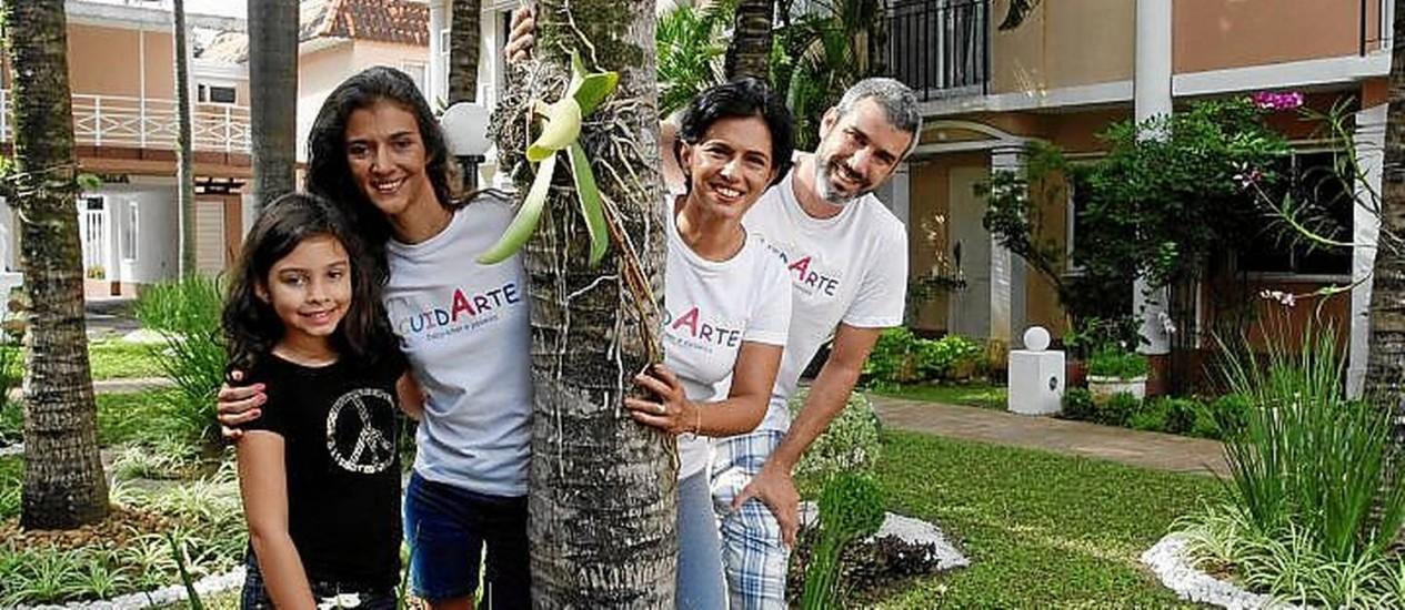 Em família. A pequena Giovanna com Paula, Vânia e Felipe Niemeyer Foto: Eduardo Naddar