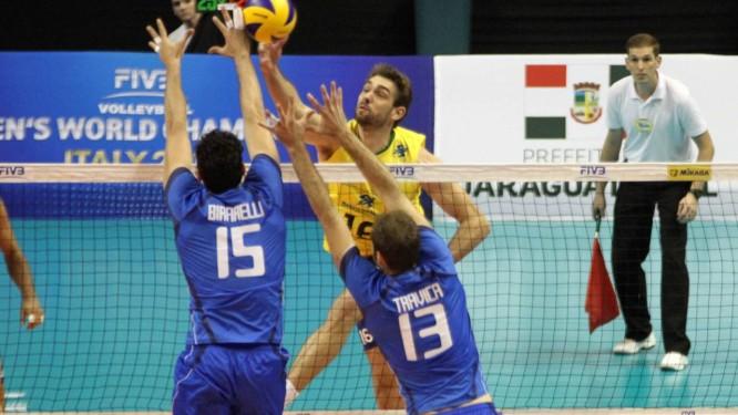 Lucão é bloqueado na derrota do Brasil para a Itália na estreia da Liga Mundial de Vôlei. Foto: FIVB/Divulgação