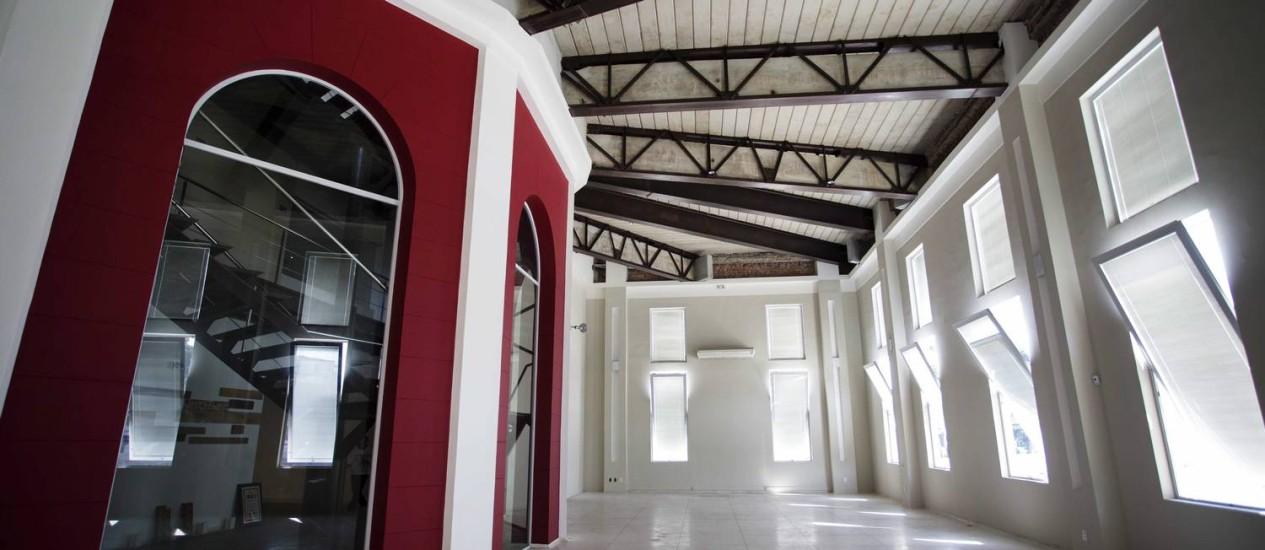 O salão central do IED fica entre a arcada que foi a frente de hotel nos anos 1920 e a fachada instalada pelo Cassino da Urca em 1933 Foto: Ana Branco