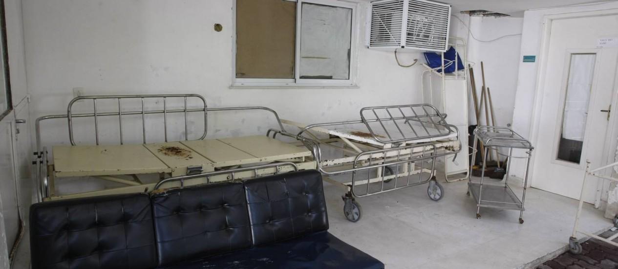 Equipamentos precários. No Hospital Municipal Mário Monteiro, macas quebradas aglomeradas pelo cantos Foto: Eduardo Naddar / Agência O Globo