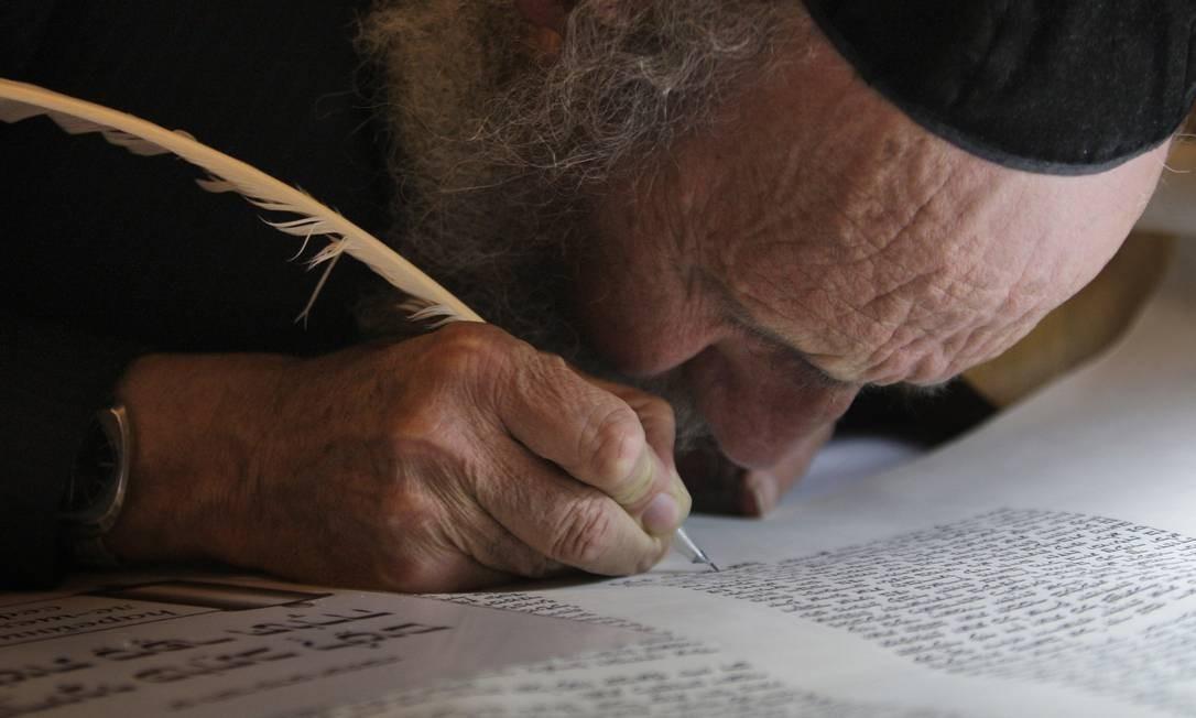 Judeu ortodoxo escreve as últimas palavras em uma Torá na sinagoga de Hurva, em Jerusalém Foto: / Dan Balilty/AP