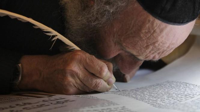 Judeu ortodoxo escreve as últimas palavras em uma Torá na sinagoga de Hurva, em Jerusalém Foto: Dan Balilty/AP