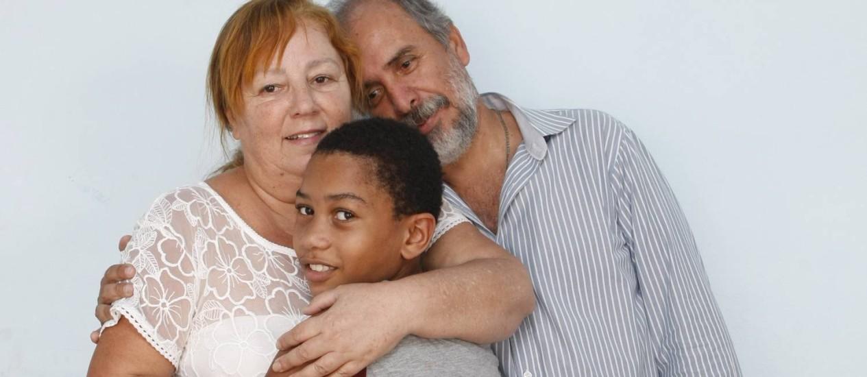 Juçara e Ricardo com o filho Everton, uma relação que começou com o apadrinhamento afetivo. Foto: Eduardo Naddar / Agência O Globo