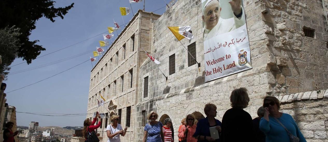 Mensagem de boas-vindas ao Papa no complexo da Igreja da Natividade, em Belém. Foto: / AFP