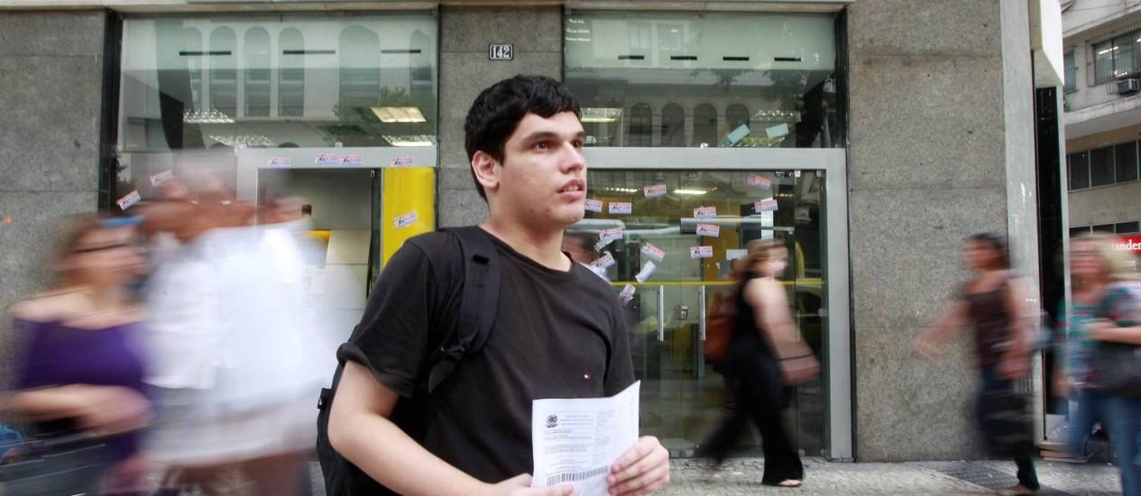 O estudante Bruno Azevedo Rodrigues foi um dos vários prejudicados pela greve dos vigilantes Foto: Domingos Peixoto