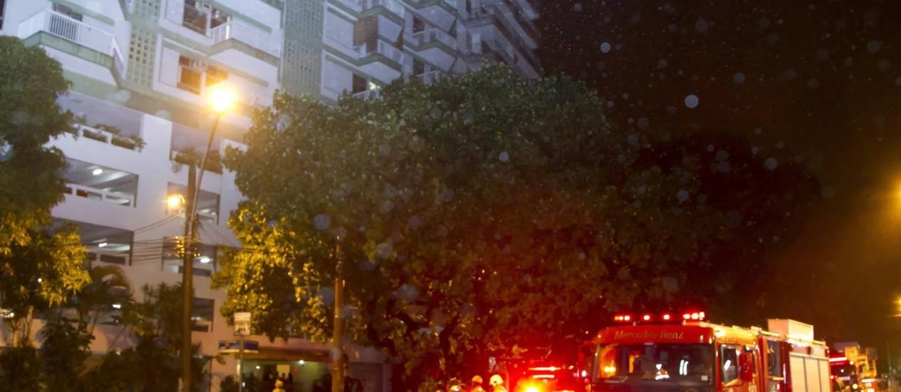 Bombeiros trabalham no controle de incêndio em prédio Rua da Passagem Foto: Fernando Quevedo / Agência O Globo