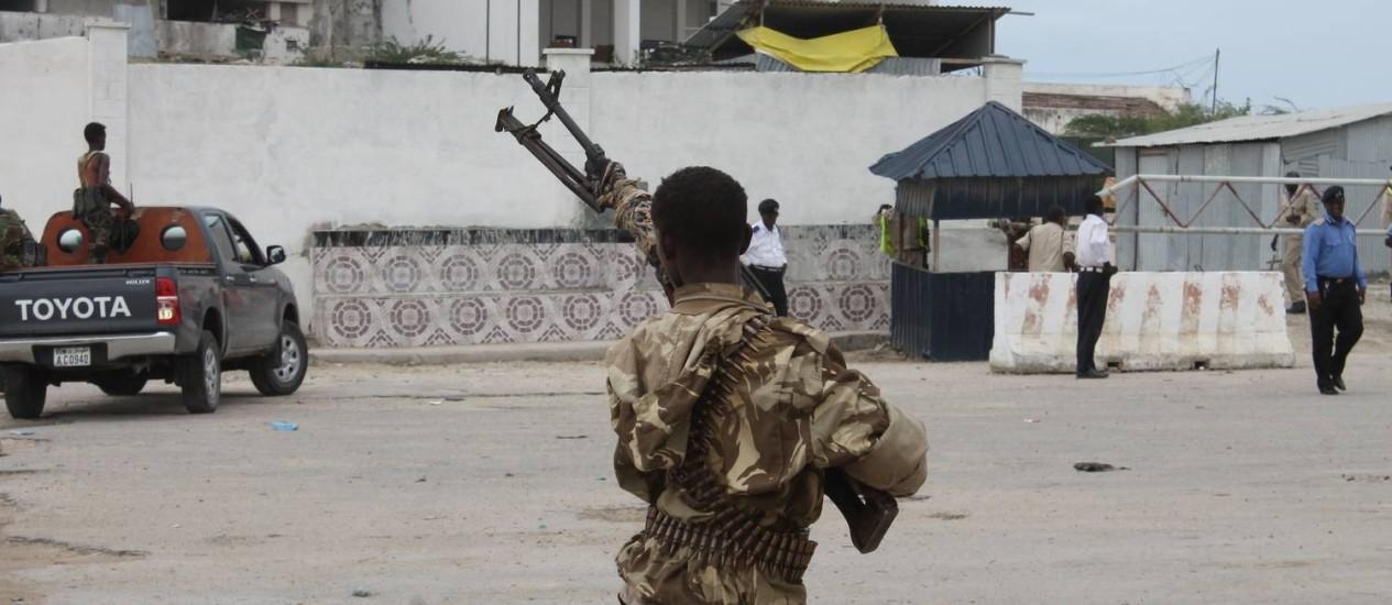 Forças armadas da Somália patrulham a região próxima ao Parlamento, após ataque que deixou ao menos sete mortos Foto: ABDIFITAH HASNI NOR / AFP