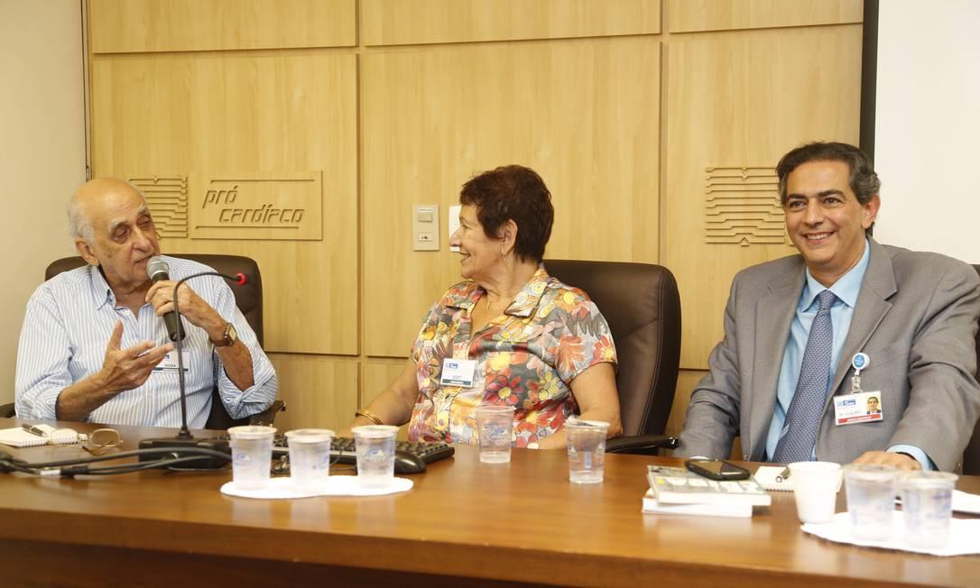 Quase lá. Zuenir Venura (à esquerda) conta à Rachei Eisengart e Cláudio Domênico Foto: Camilla Maia