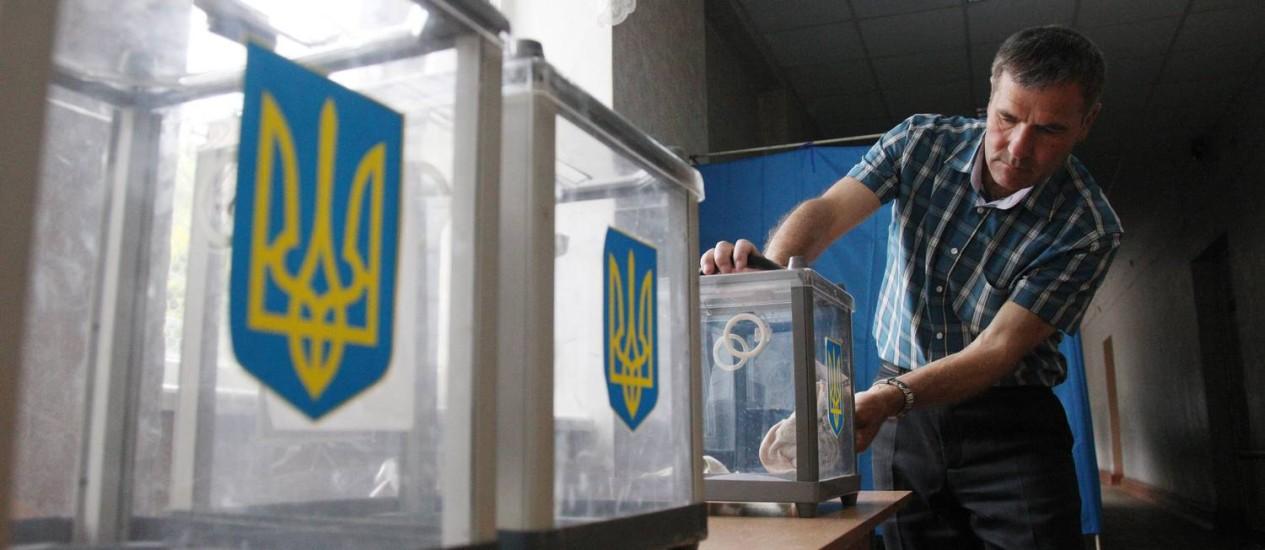 Membro da comissão eleitoral ucraniana prepara as urnas para a votação deste domingo Foto: ANATOLII STEPANOV / AFP
